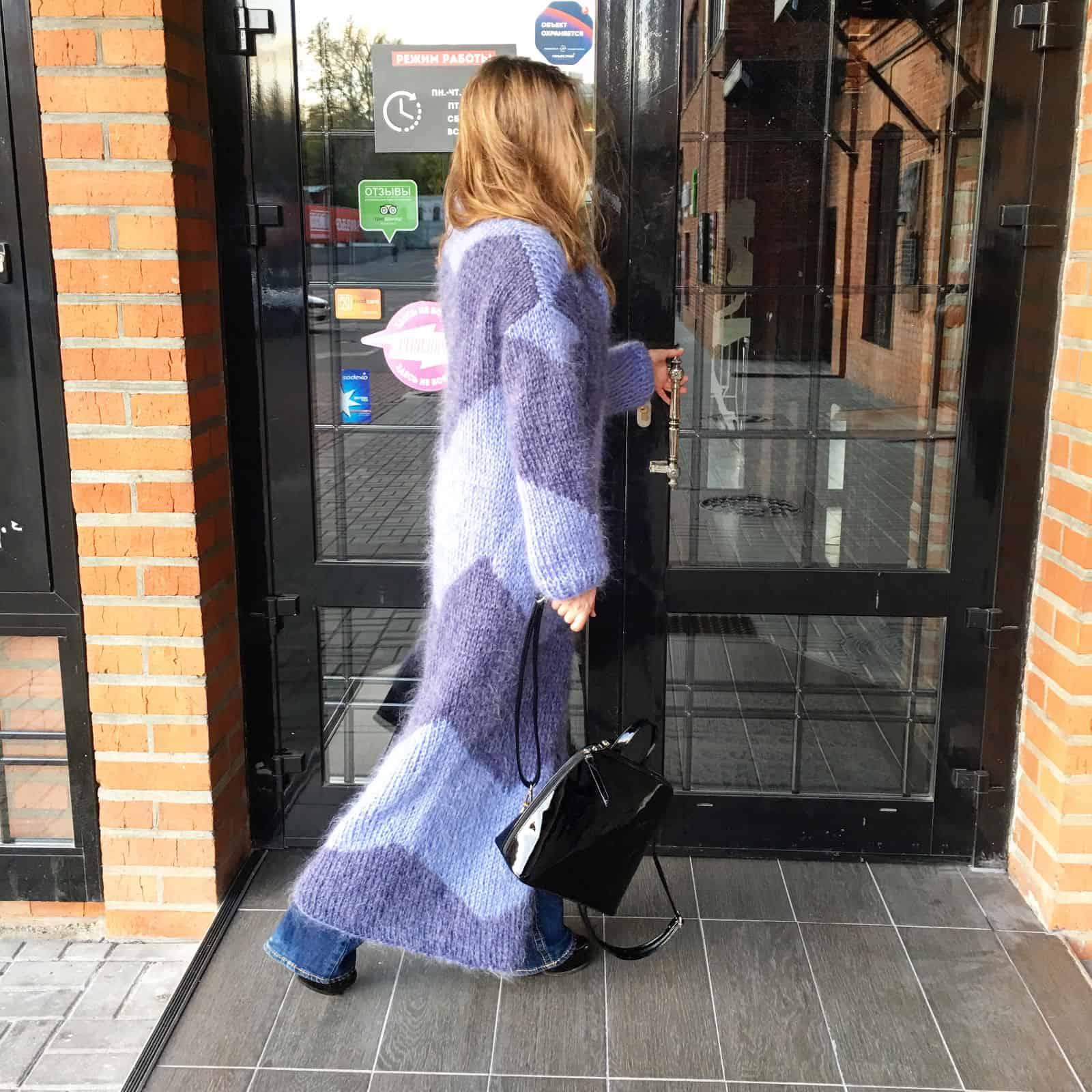 На фотографии женский кардиган из мохера с орнаментом от SHAPAR, бренда вязаной одежды ручной работы в магазине связанных спицами вещей.