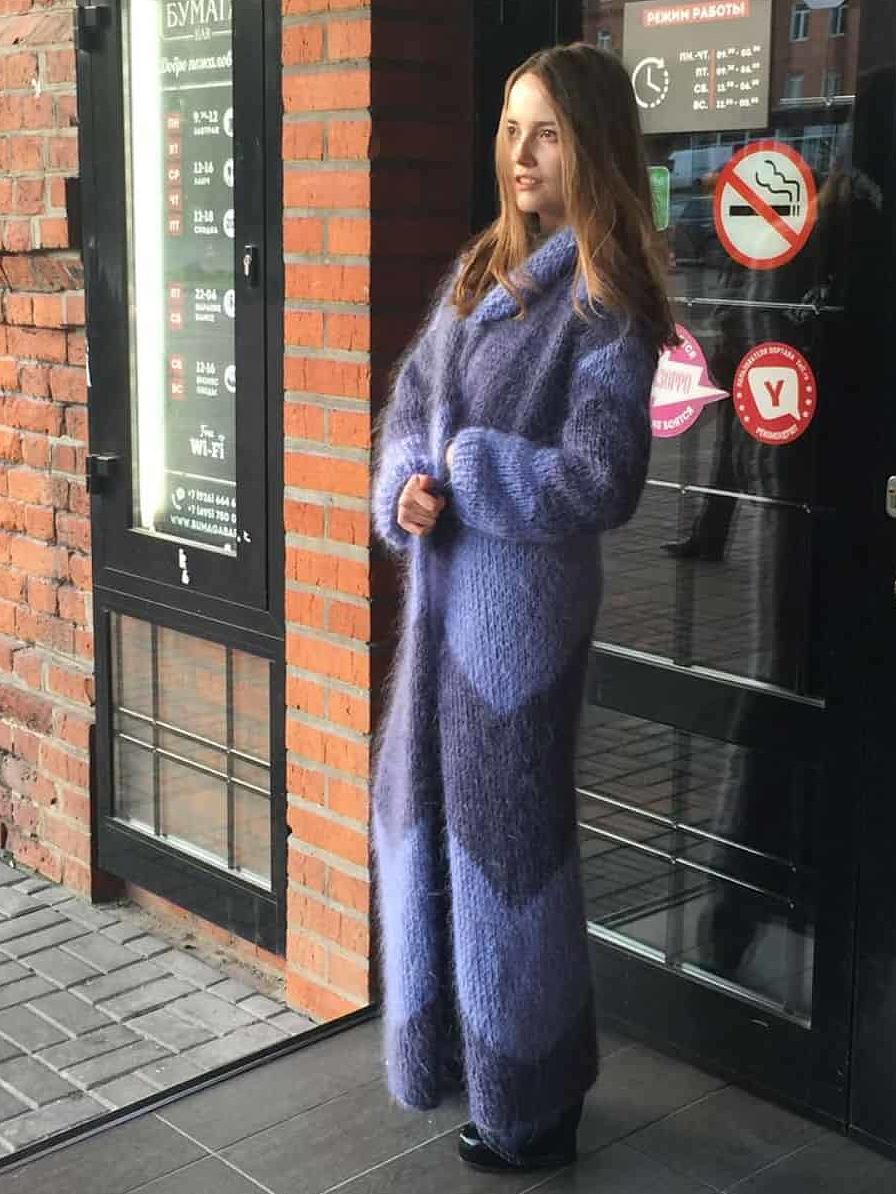 На третьей фотографии длинный кардиган из мохера с орнаментом от Shapar, бренда женской вязаной одежды ручной работы в магазине связанных спицами вещей.