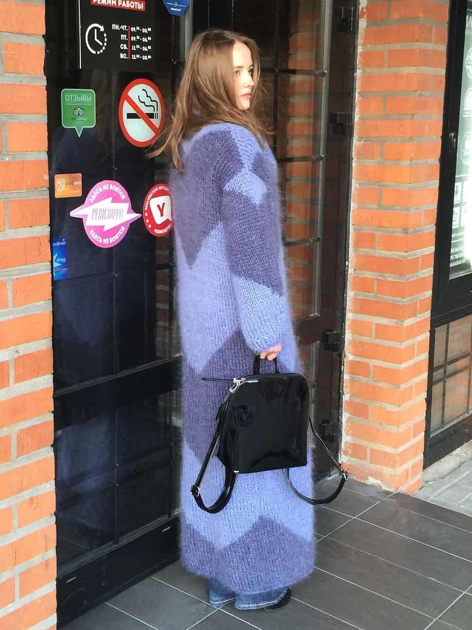 На четвертой фотографии женский кардиган из мохера со спины от Shapar, бренда вязаной одежды ручной работы в магазине связанных спицами вещей.