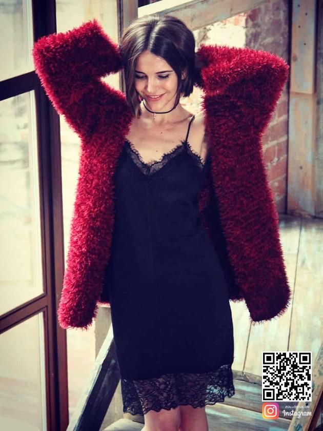 На фотографии женский кардиган из пушистой пряжи от Shapar, бренда вязаной одежды ручной работы в интернет-магазине связанных спицами вещей.