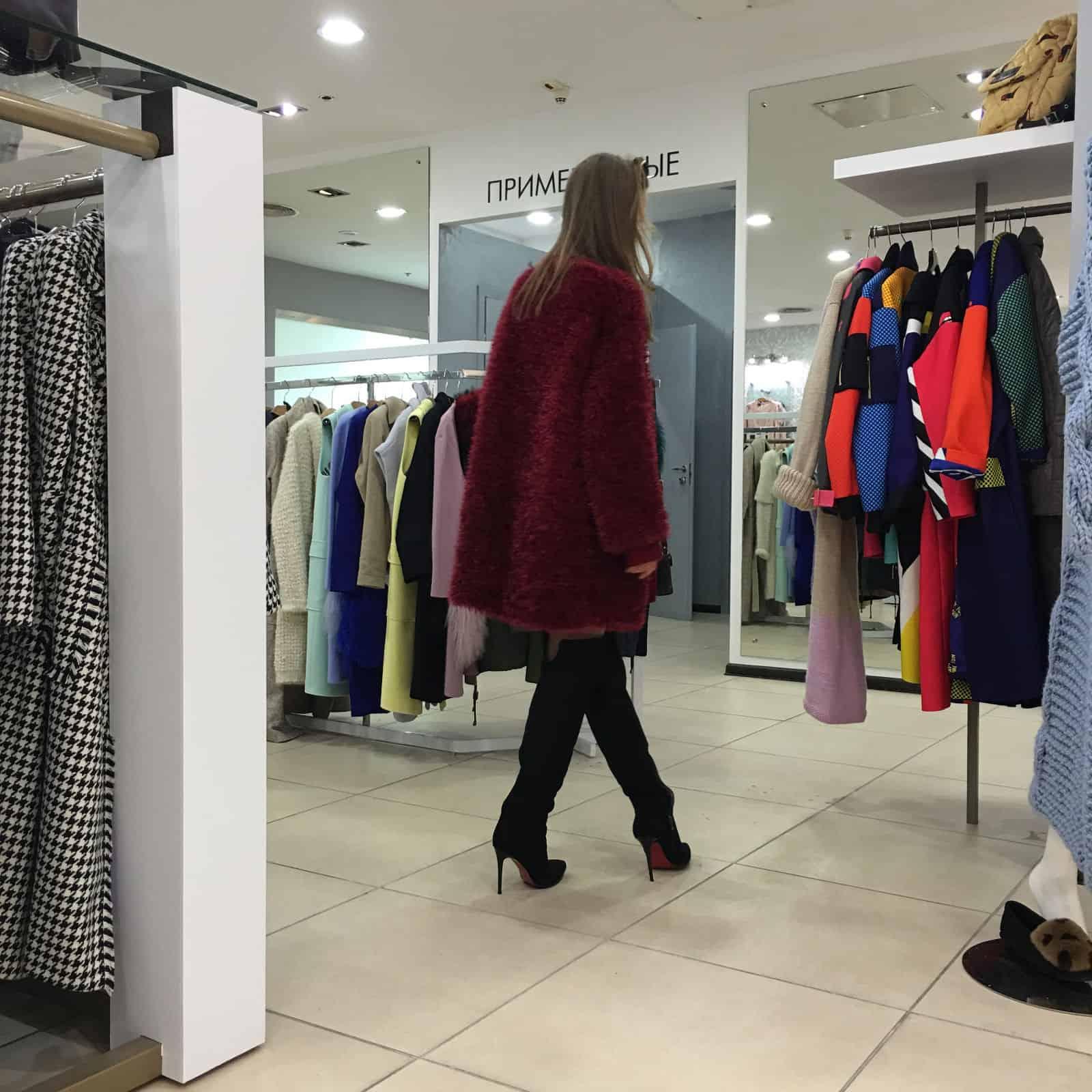 На третьей фотографии кардиган из пушистой пряжи со спины в технике травка от Shapar, бренда вязаной одежды ручной работы в интернет-магазине связанных спицами вещей.
