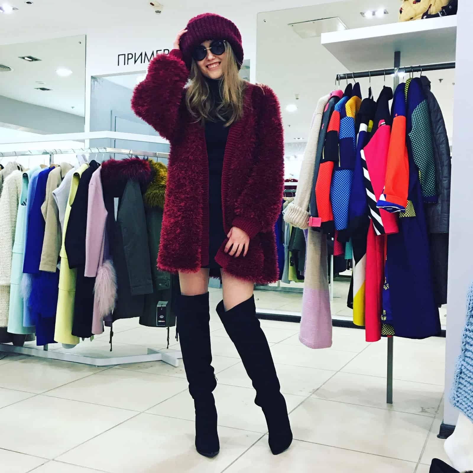 На второй фотографии бордовый кардиган из пушистой пряжи от Shapar, бренда женской вязаной одежды ручной работы в интернет-магазине связанных спицами вещей.