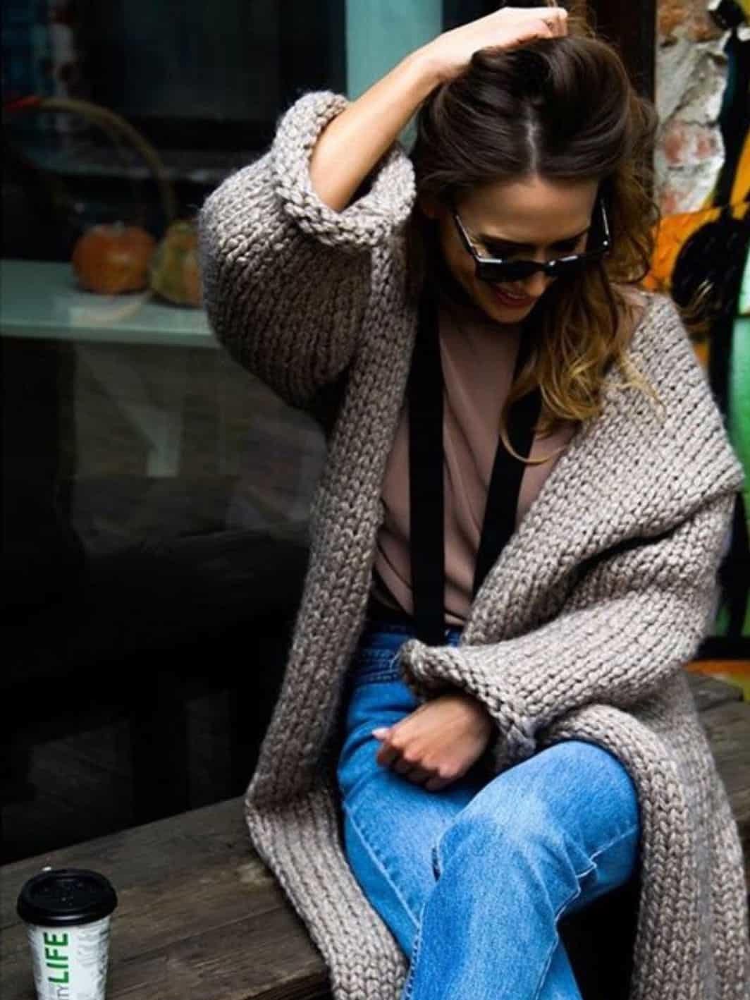 На фотографии женский кардиган из толстой пряжи от Shapar, бренда вязаной одежды ручной работы в магазине связанных спицами вещей.