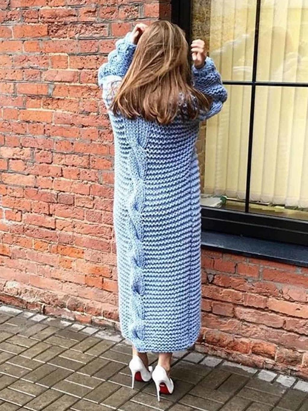 На второй фотографии голубой вязаный кардиган на весну крупной вязки от Shapar, бренда женской одежды ручной работы в интернет-магазине связанных спицами вещей.