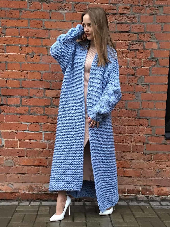 На фотографии длинный вязаный кардиган на весну с косой на спине от Shapar, бренда женской одежды ручной работы в интернет-магазине связанных спицами вещей.