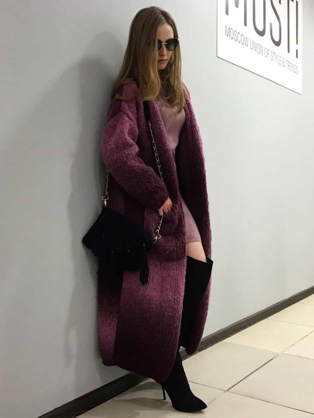 На фотографии бордовый кардиган женский от Shapar, бренда вязаной одежды ручной работы в интернет-магазине связанных вещей.