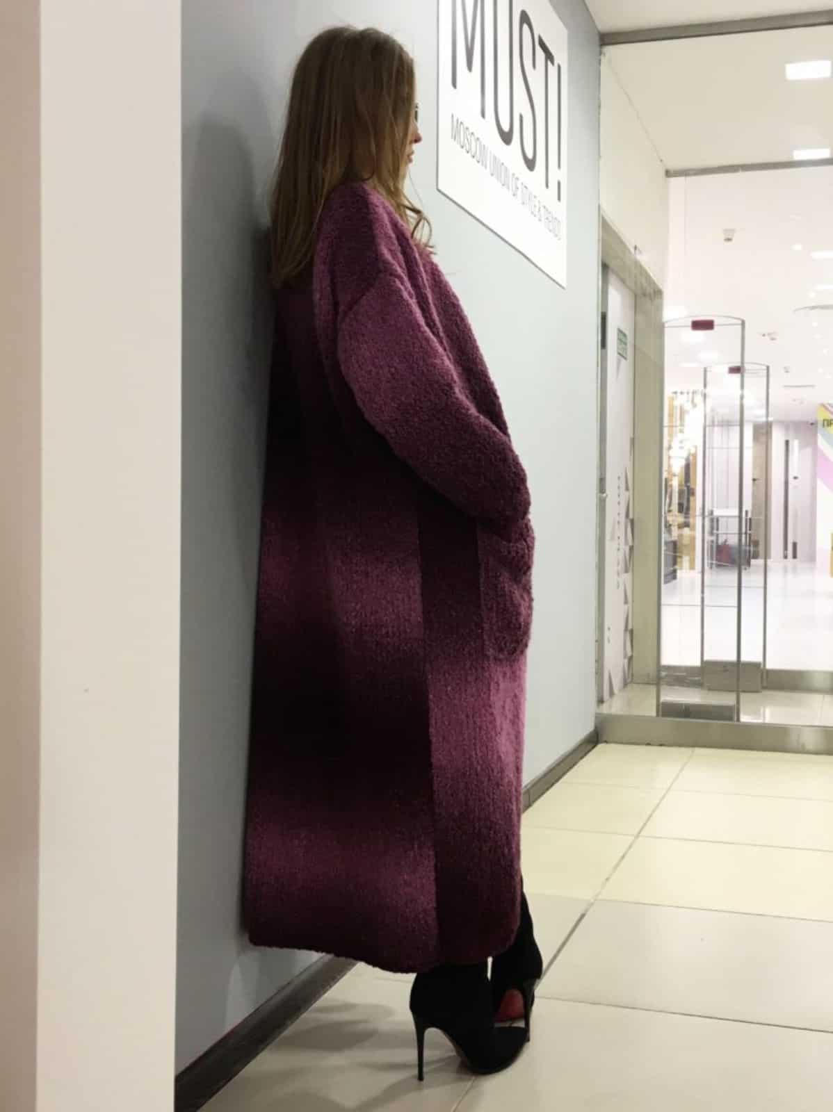 На второй фотографии длинный кардиган спицами для женщин с градиентом цвета от Shapar, бренда одежды ручной работы в интернет-магазине связанных вещей.