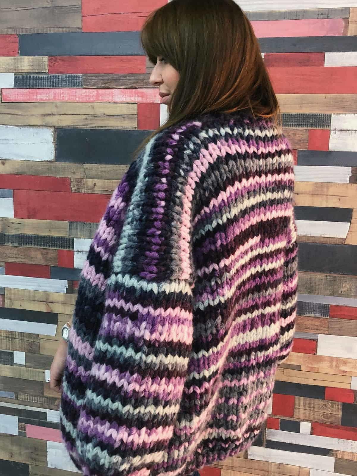 На второй фотографии женский вязаный кардиган в полоску со спины от Shapar, бренда одежды ручной работы в интернет-магазине связанных спицами вещей.