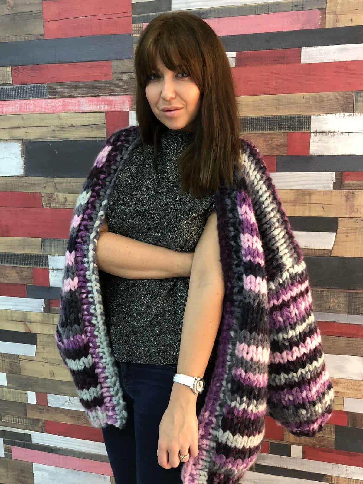 На пятой фотографии женский кардиган в полоску крупной вязки от Shapar, бренда одежды ручной работы в интернет-магазине связанных спицами вещей.