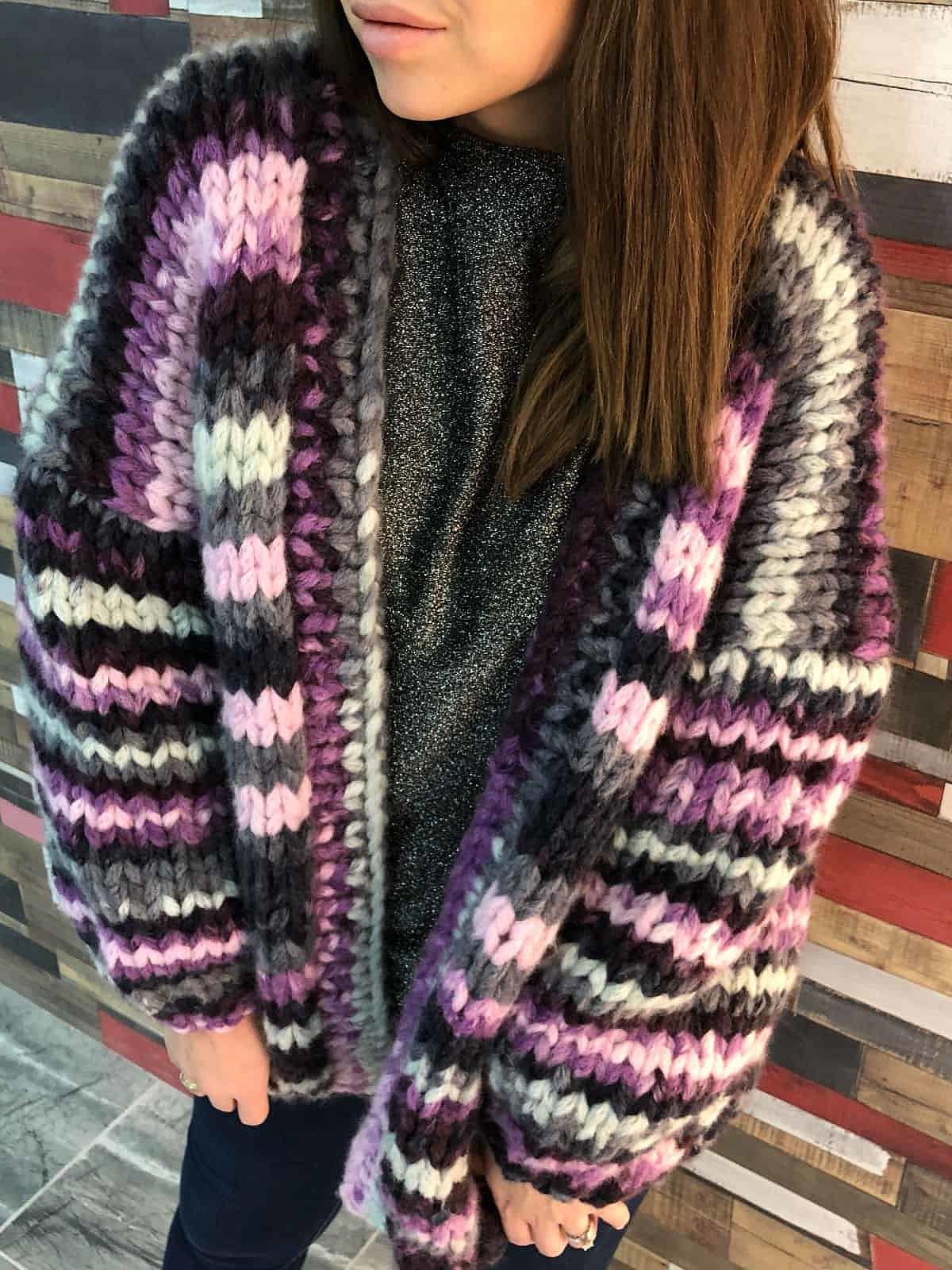 На четвертой фотографии вязаный кардиган в полоску для модных девушек от Shapar, бренда одежды ручной работы в интернет-магазине связанных спицами вещей.