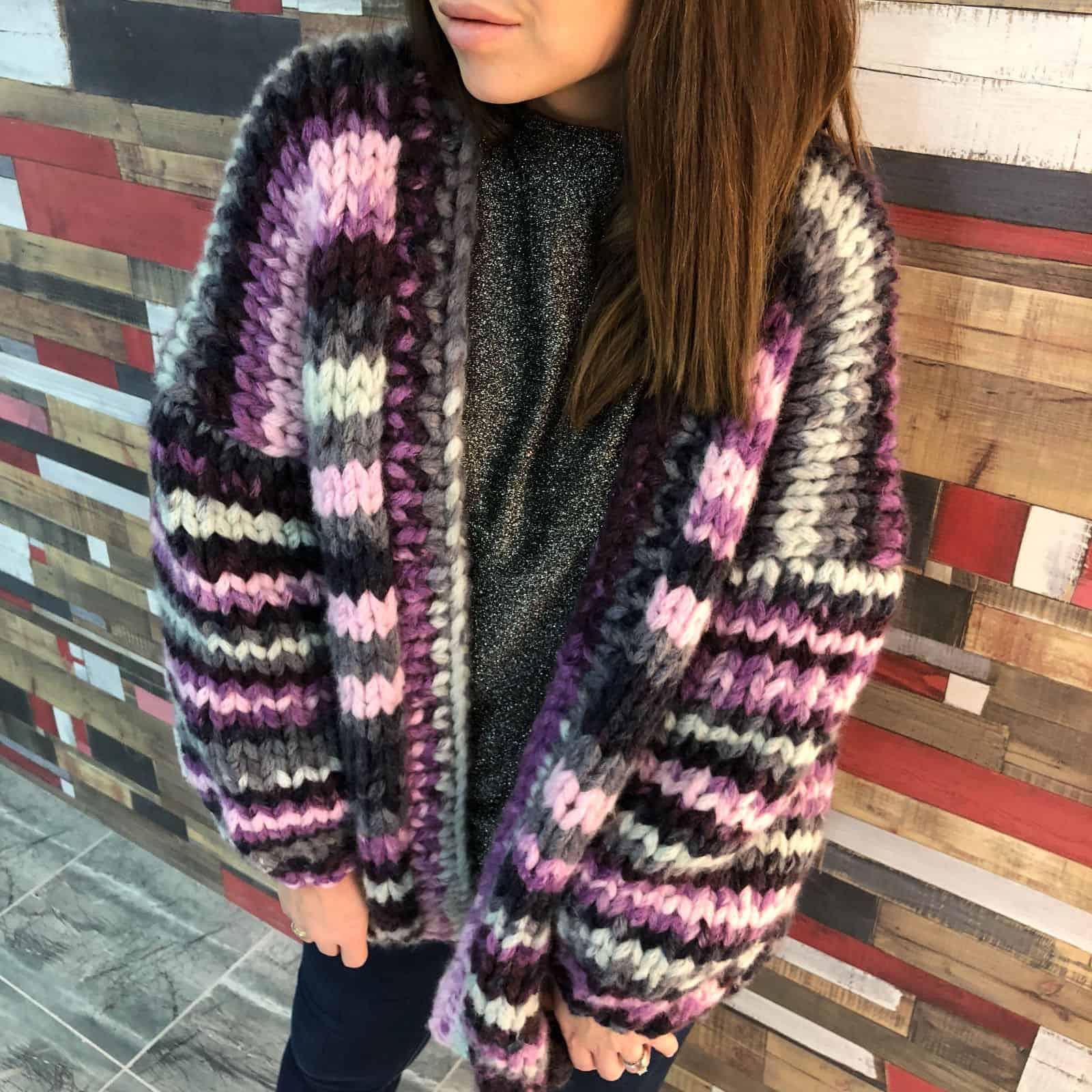 На фотографии женский вязаный кардиган в полоску от SHAPAR, бренда одежды ручной работы в интернет-магазине связанных спицами вещей.