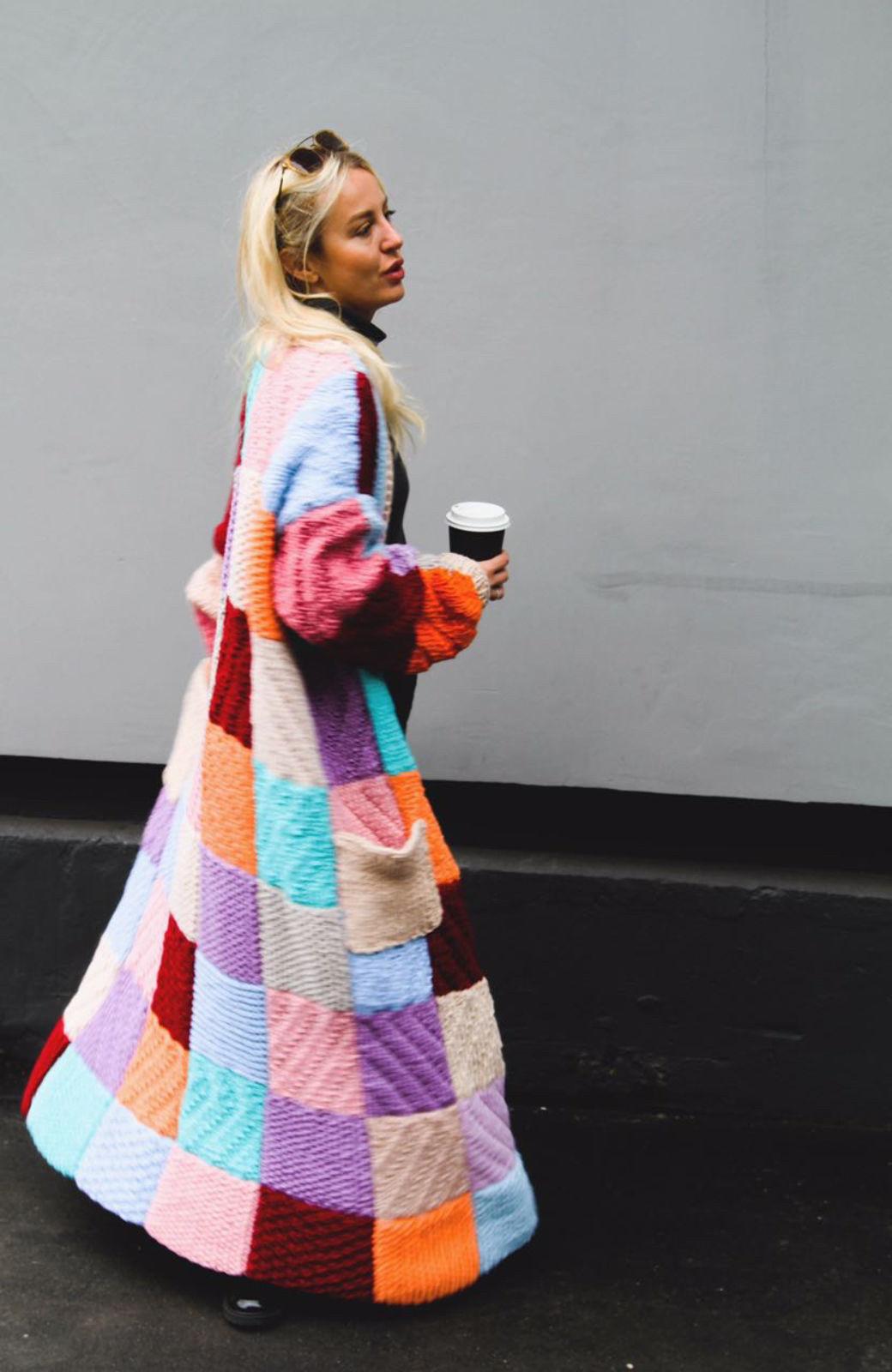 На фотографии кардиган цветной женский от Shapar, бренда вязаной одежды ручной работы в интернет-магазине связанных спицами вещей.