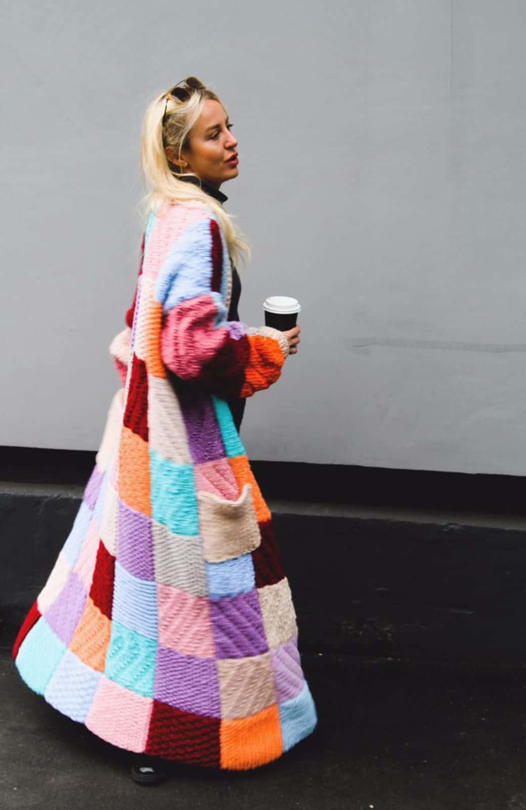 На фотографии кардиган женский от Shapar, бренда вязаной одежды ручной работы в интернет-магазине связанных спицами вещей.