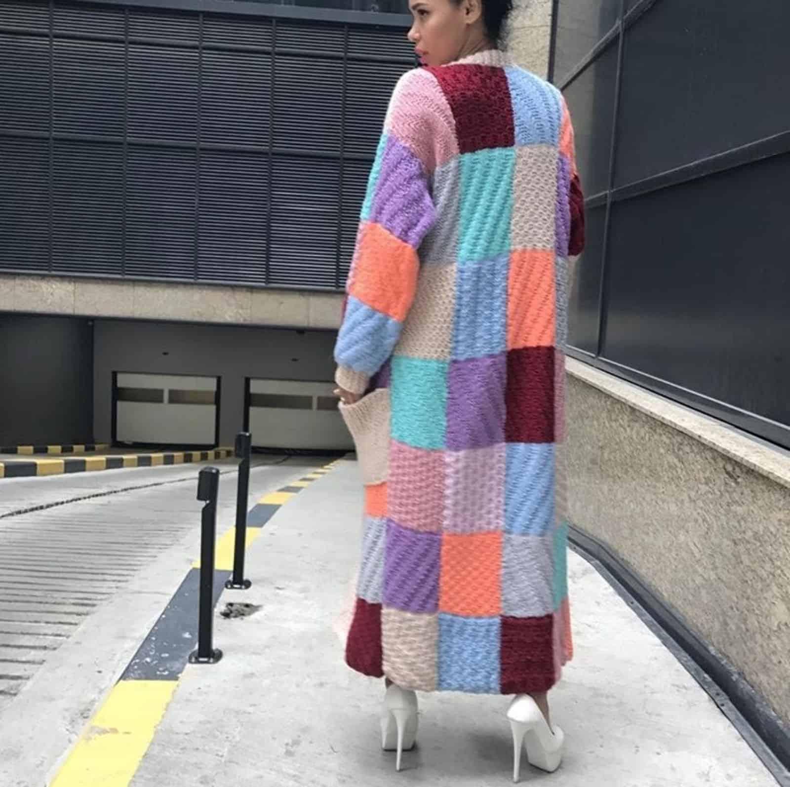На пятой фотографии кардиган женский из цветных прямоуголников от Shapar, бренда вязаной одежды ручной работы в интернет-магазине связанных спицами вещей.