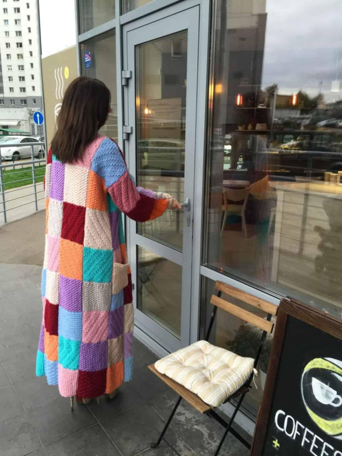 На второй фотографии кардиган женский со спины от Shapar, бренда вязаной одежды ручной работы в интернет-магазине связанных спицами вещей.