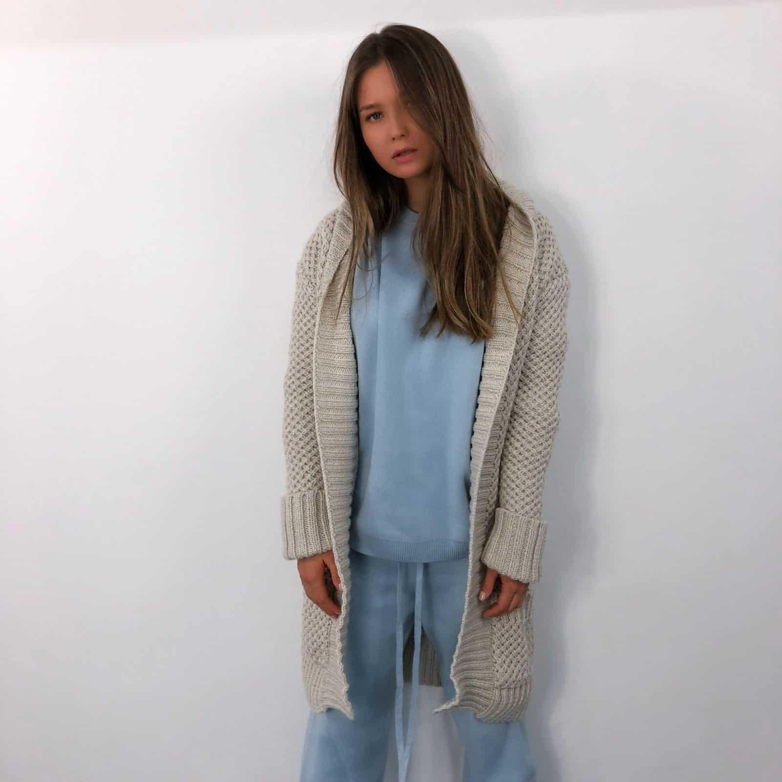 На четвертой фотографии кардиган женский связанный крупной вязки от Shapar, бренда женской одежды ручной работы в интернет-магазине вязаных вещей.