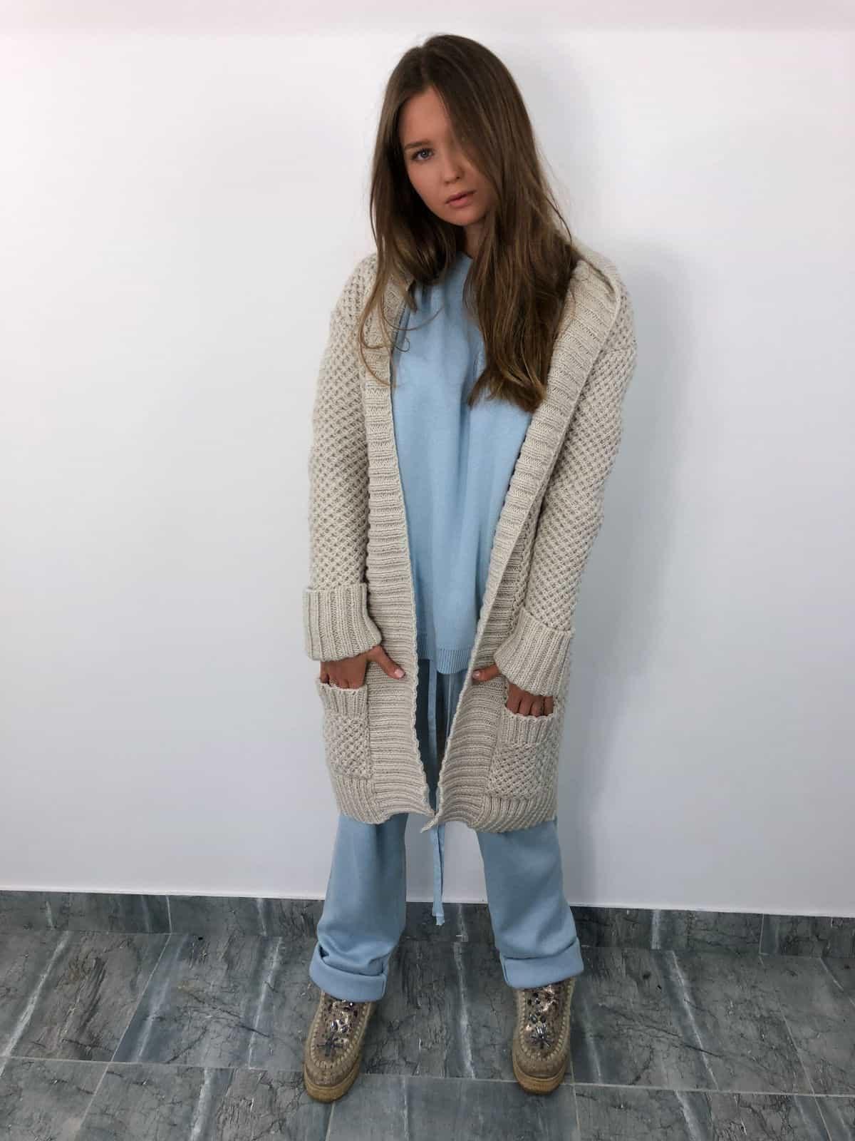 На шестой фотографии кардиган женский молодженый бежевого цвета от Shapar, бренда связанной одежды ручной работы в интернет-магазине вязаных вещей.