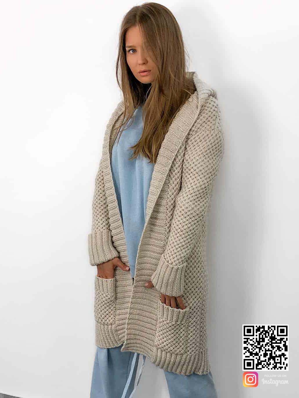 На фотографии кардиган женский молодежный от Shapar, бренда связанной одежды ручной работы в интернет-магазине вязаных вещей.
