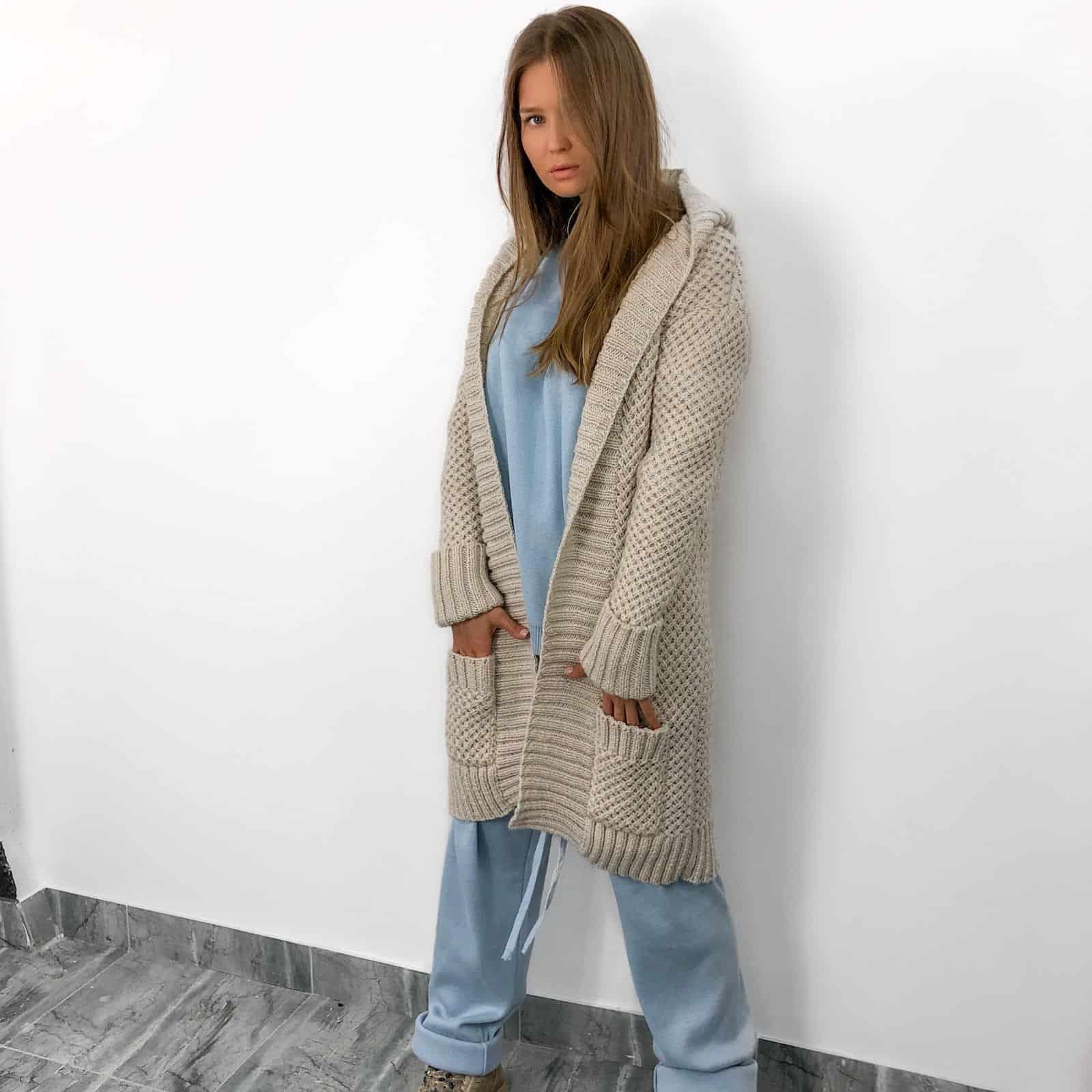 На фотографии кардиган женский связанный от Shapar, бренда женской одежды ручной работы в интернет-магазине вязаных вещей.
