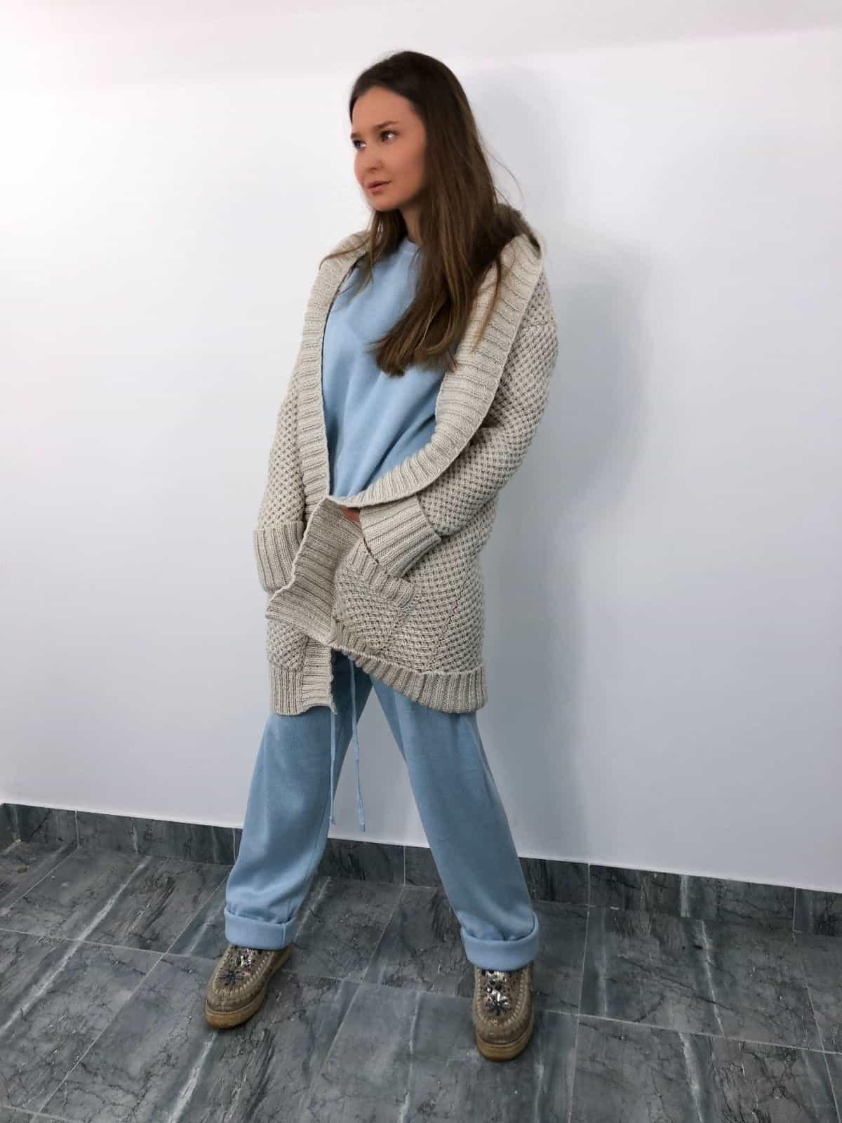На пятой фотографии кардиган женский молодежный с карманами от Shapar, бренда связанной одежды ручной работы в интернет-магазине вязаных вещей.