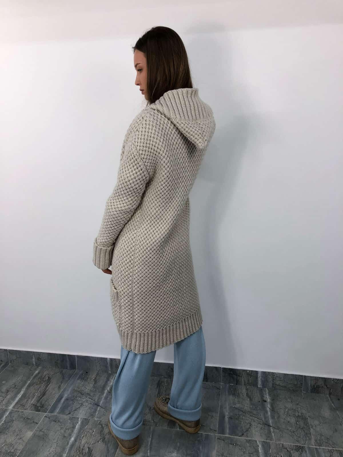 На второй фотографии кардиган женский молодежный со спины от Shapar, бренда связанной одежды ручной работы в интернет-магазине вязаных вещей.
