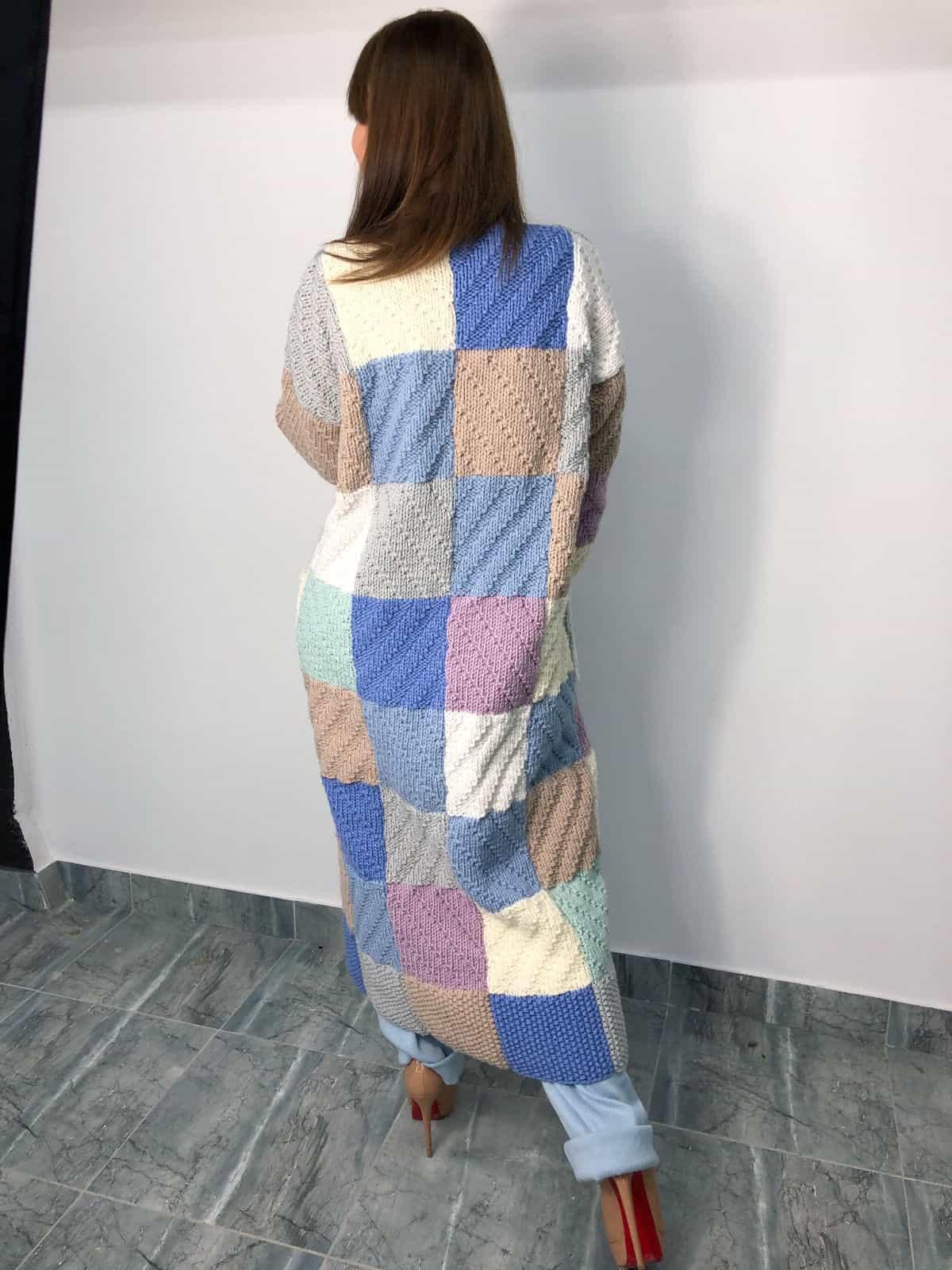 На фотографии женский вязаный спицами кардиган от SHAPAR, бренда эксклюзивной одежды ручной работы в интернет-магазине связанных вещей.