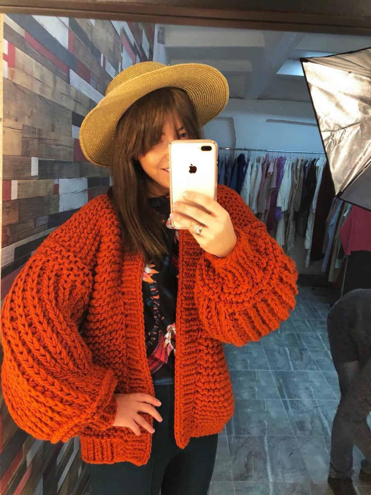 На четвертой фотографии женский коралловый кардиган с объемными рукавами от Shapar, бренда вязаной одежды ручной работы в интернет магазине связанных спицами вещей.