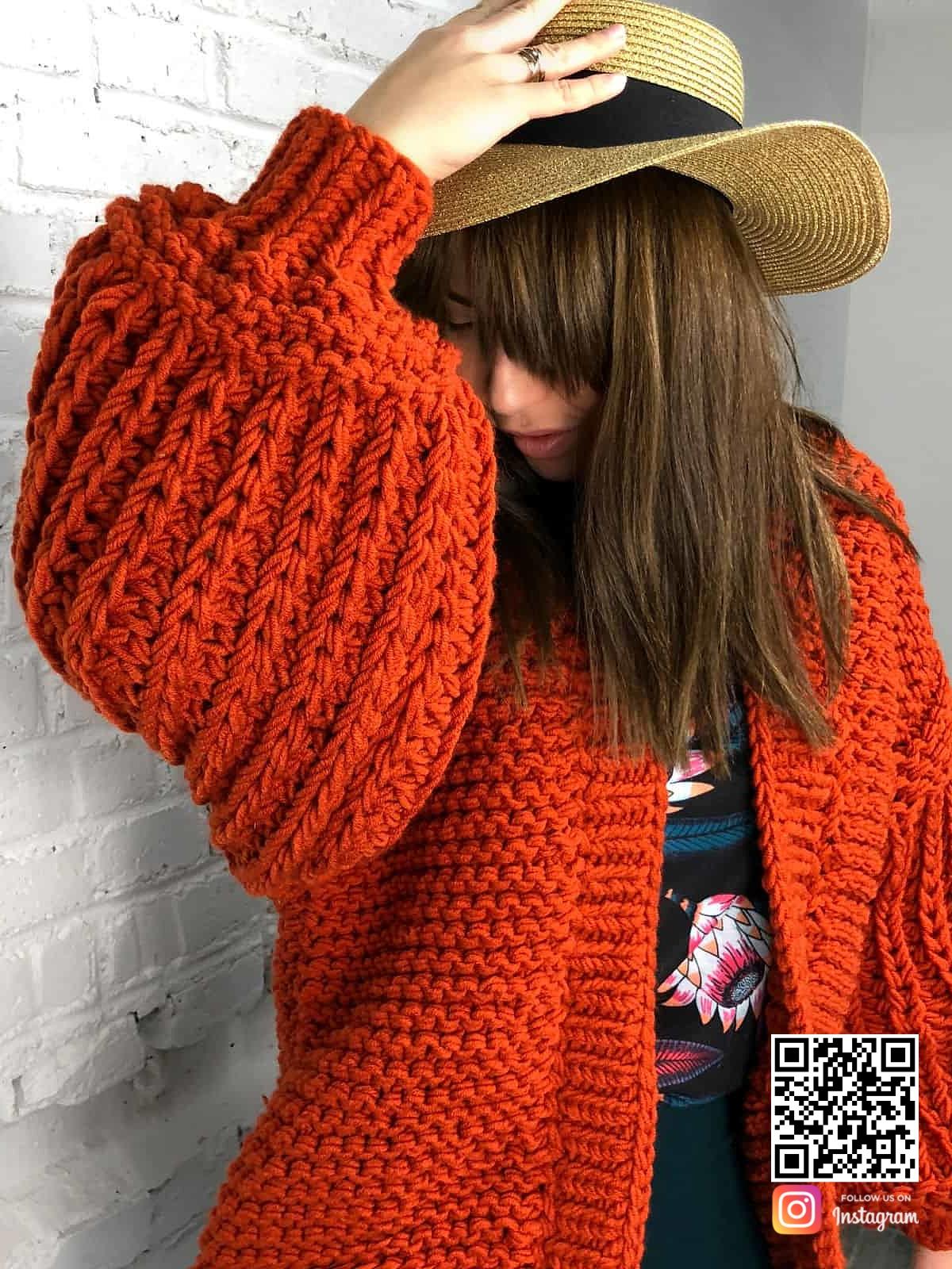На шестой фотографии женский коралловый кардиган средней длины от Shapar, бренда вязаной одежды ручной работы в интернет магазине связанных спицами вещей.
