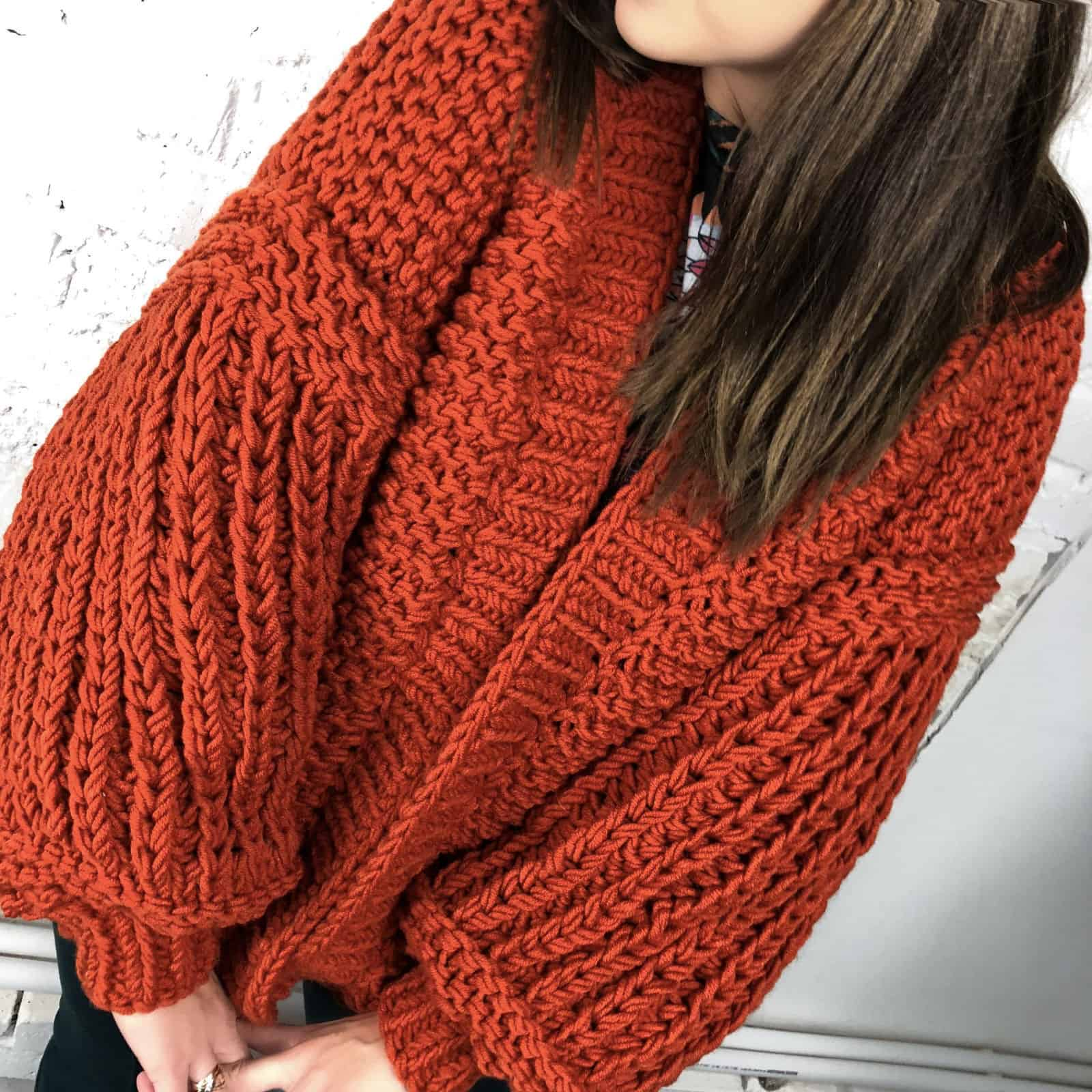На пятой фотографии коралловый кардиган для модных девушек от Shapar, бренда вязаной одежды ручной работы в интернет магазине связанных спицами вещей.