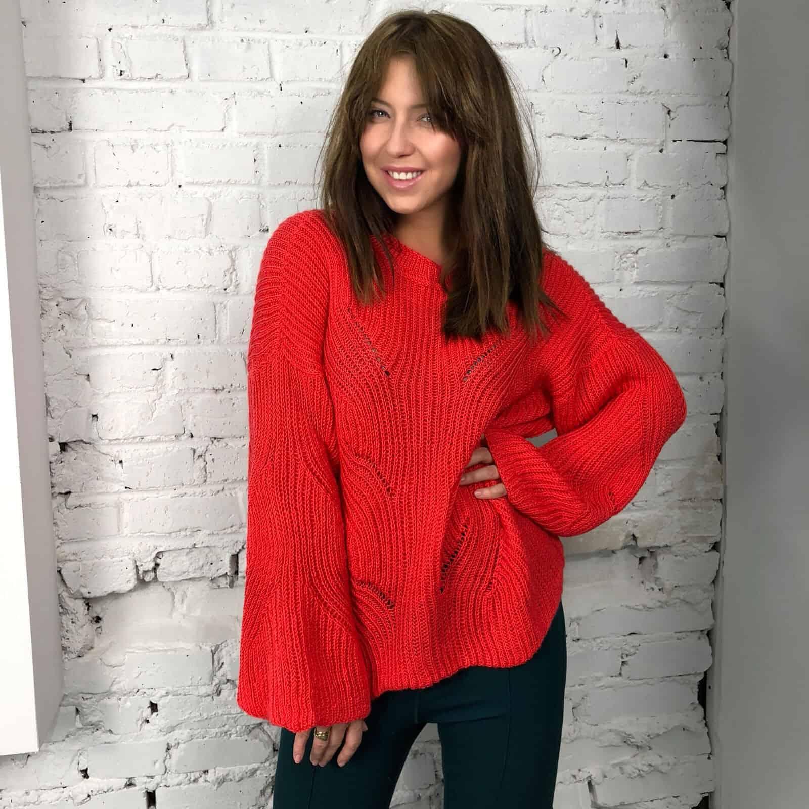 На третьей фотографии женский коралловый свитер с узором от Shapar, бренда вязаной одежды ручной работы в интернет-магазине связанных спицами вещей.