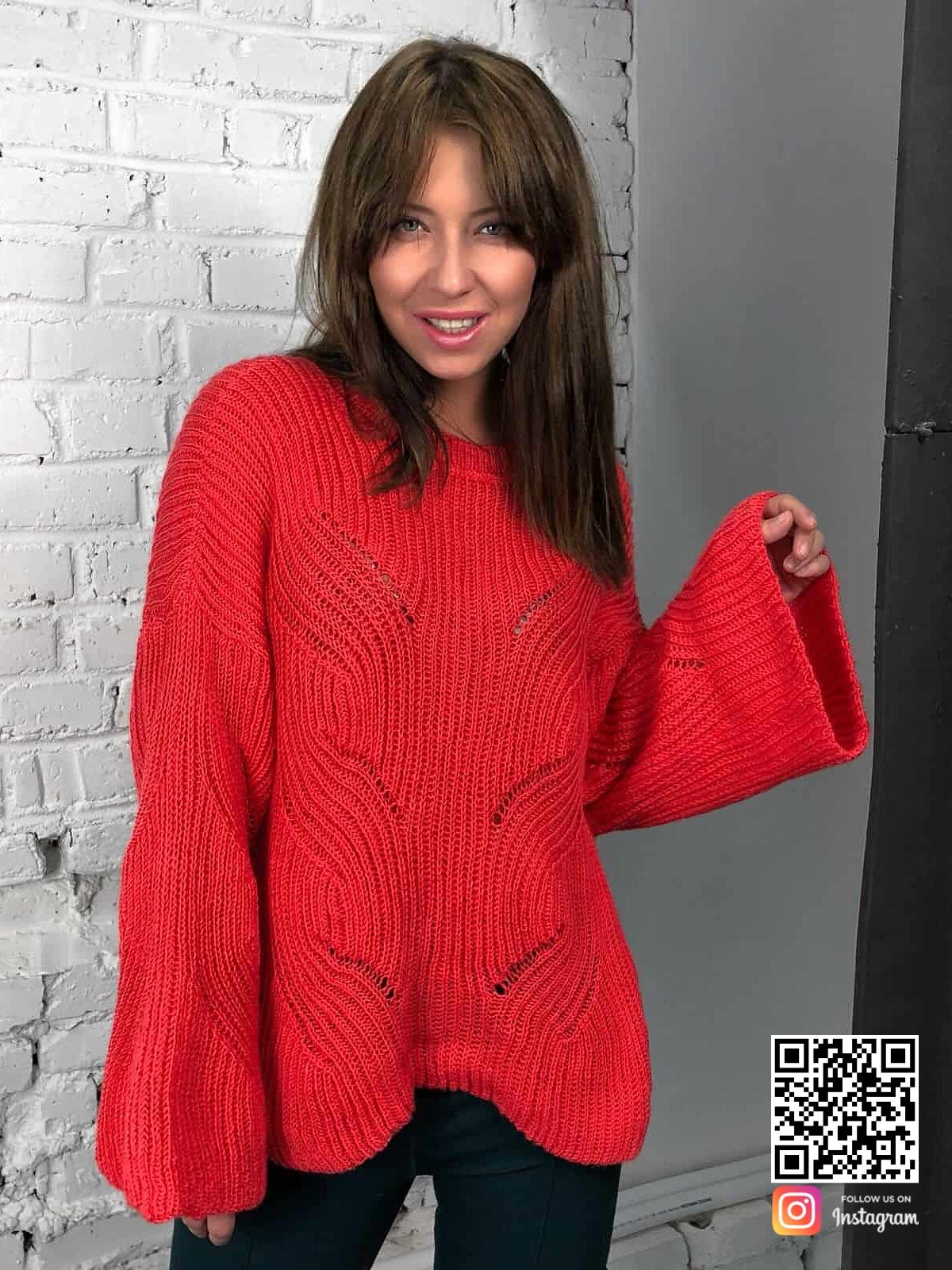 На фотографии женский коралловый свитер от Shapar, бренда вязаной одежды ручной работы в интернет-магазине связанных спицами вещей.
