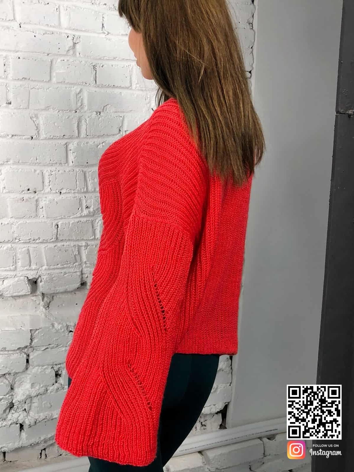 На второй фотографии женский коралловый свитер с объемными рукавами от Shapar, бренда вязаной одежды ручной работы в интернет-магазине связанных спицами вещей.