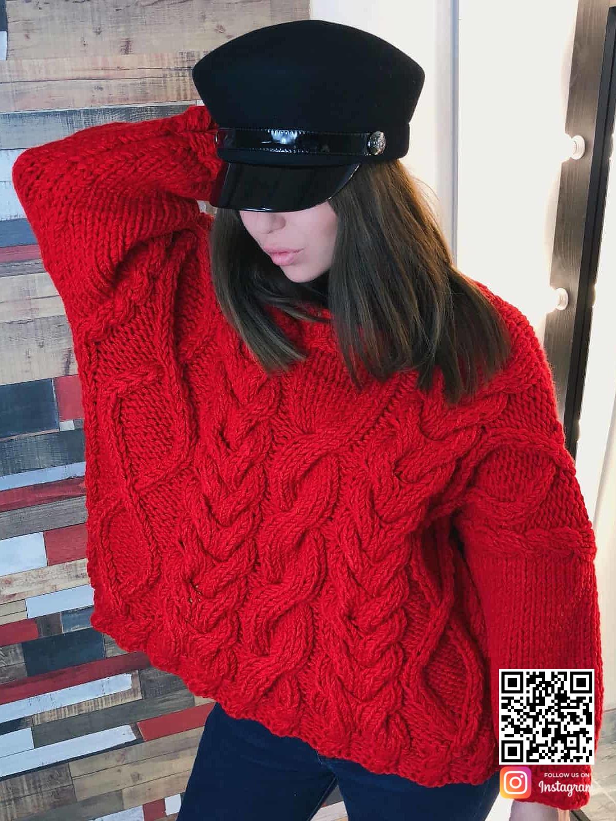 На фотографии женский красный вязаный свитер от Shapar, бренда одежды ручной работы в интернет-магазине связанных спицами вещей.