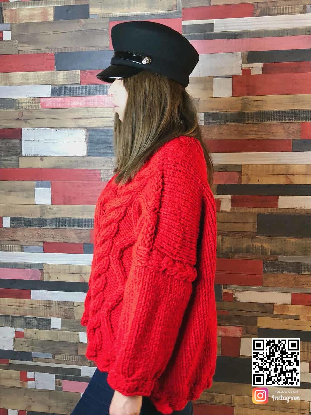 На второй фотографии объемный женский красный свитер от Shapar, бренда вязаной одежды ручной работы в интернет-магазине связанных спицами вещей.