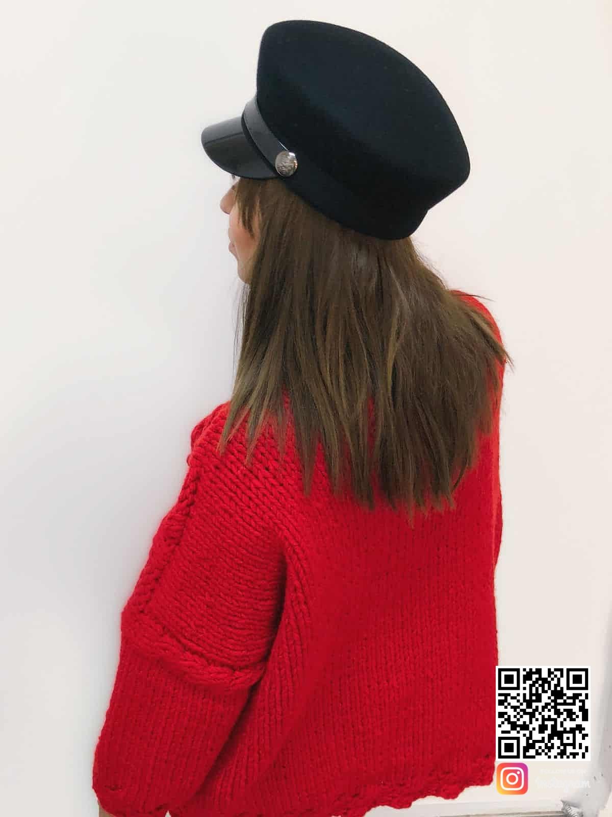 На третьей фотографии женский красный свитер со спины от Shapar, бренда вязаной одежды ручной работы в интернет-магазине связанных спицами вещей.