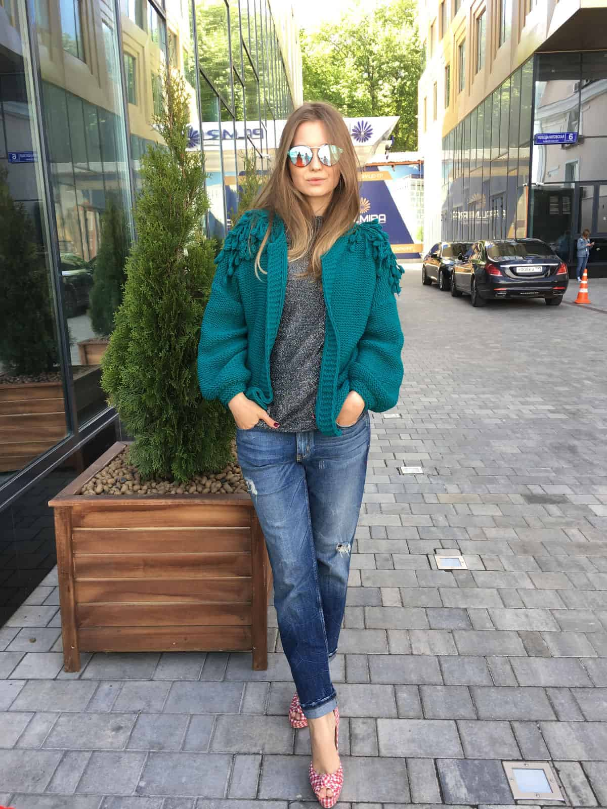 На второй фотографии зеленая куртка бомбер женская от Shapar, бренда вязаной одежды ручной работы в интернет-магазине связанных спицами вещей.