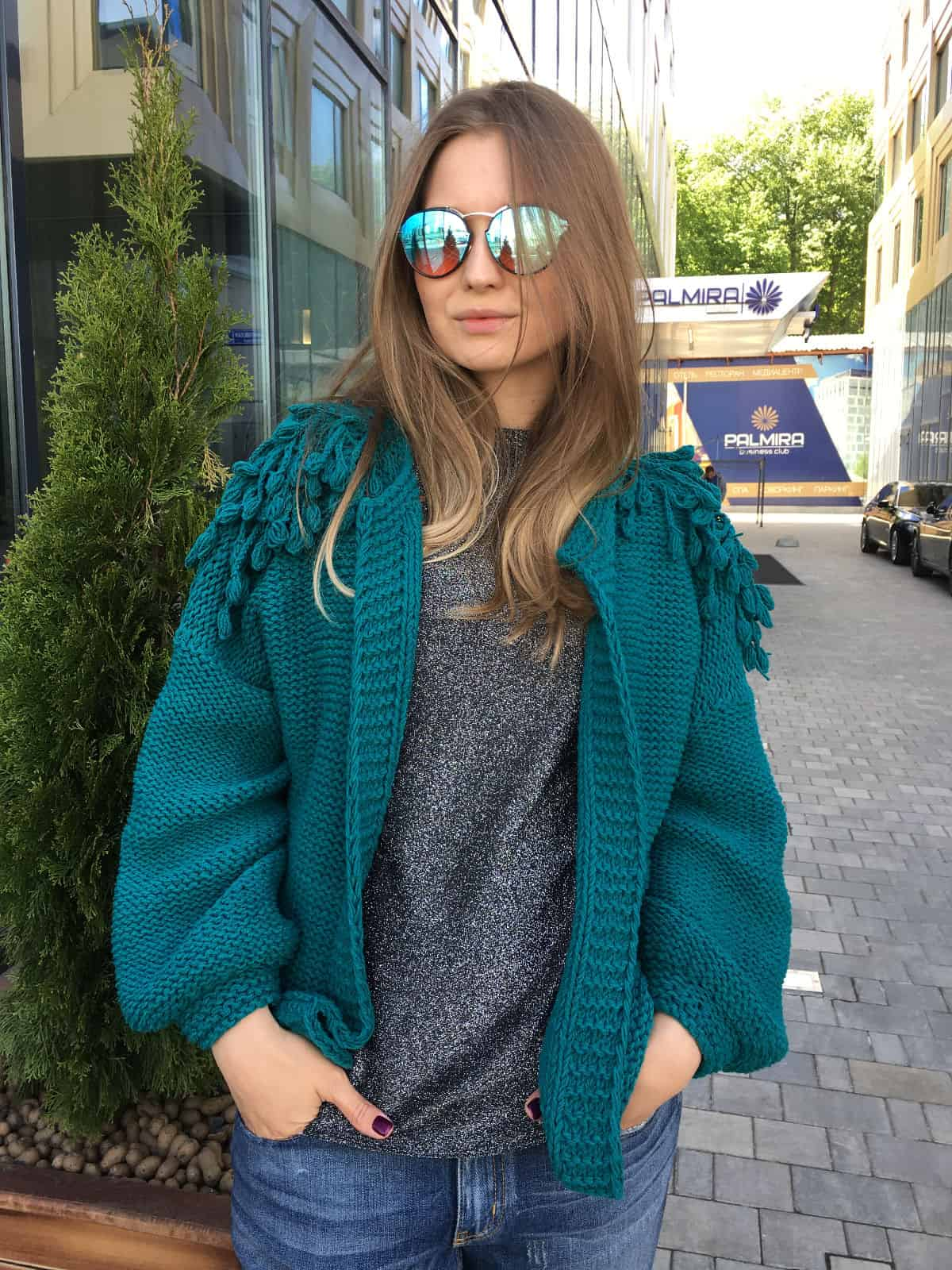 На третьей фотографии куртка бомбер женская средней длины для модных девушек от Shapar, бренда вязаной одежды ручной работы в интернет-магазине связанных спицами вещей.