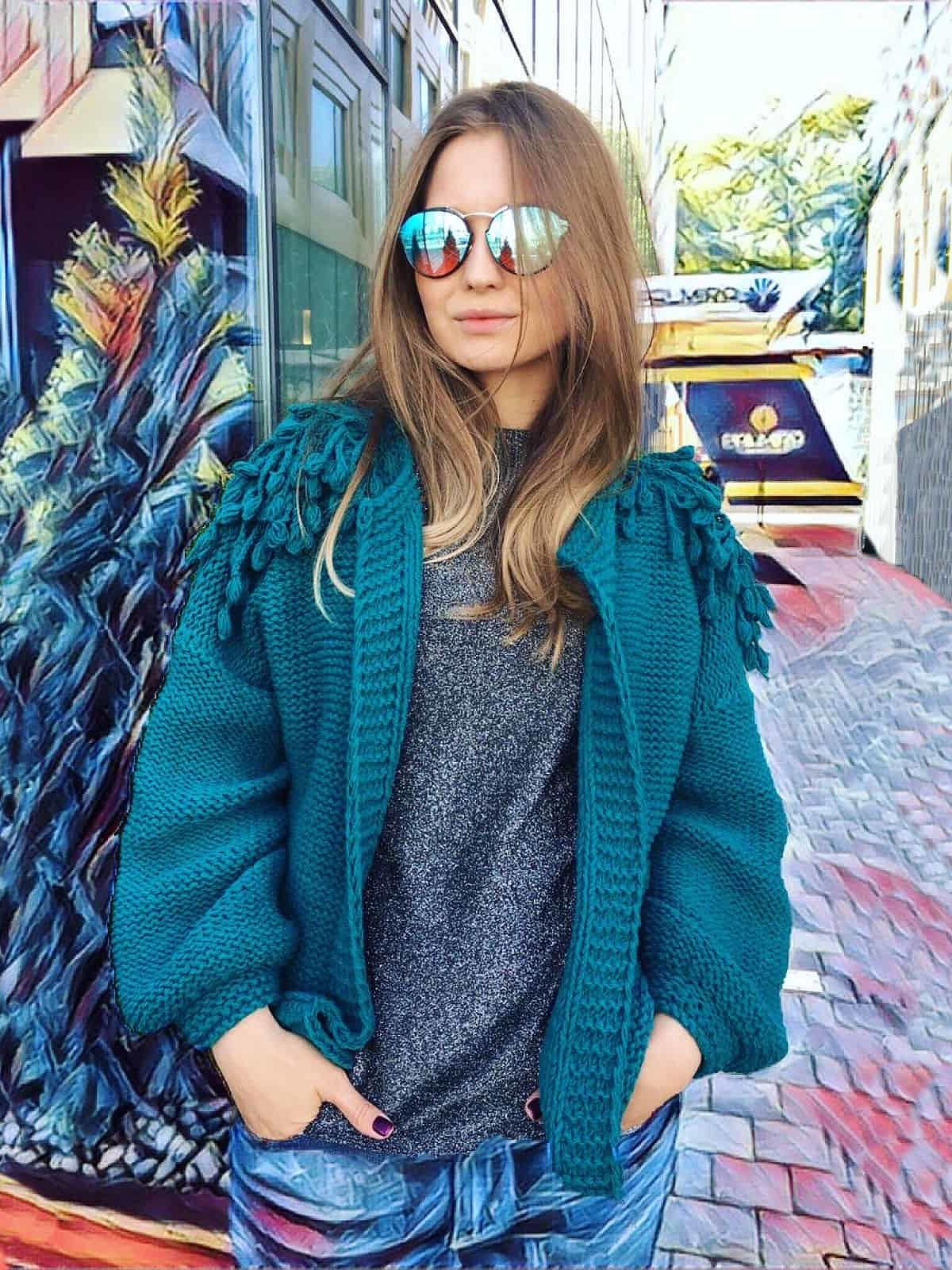На четвертой фотографии куртка бомбер зеленого цвета от Shapar, бренда вязаной одежды ручной работы в интернет-магазине связанных спицами вещей.
