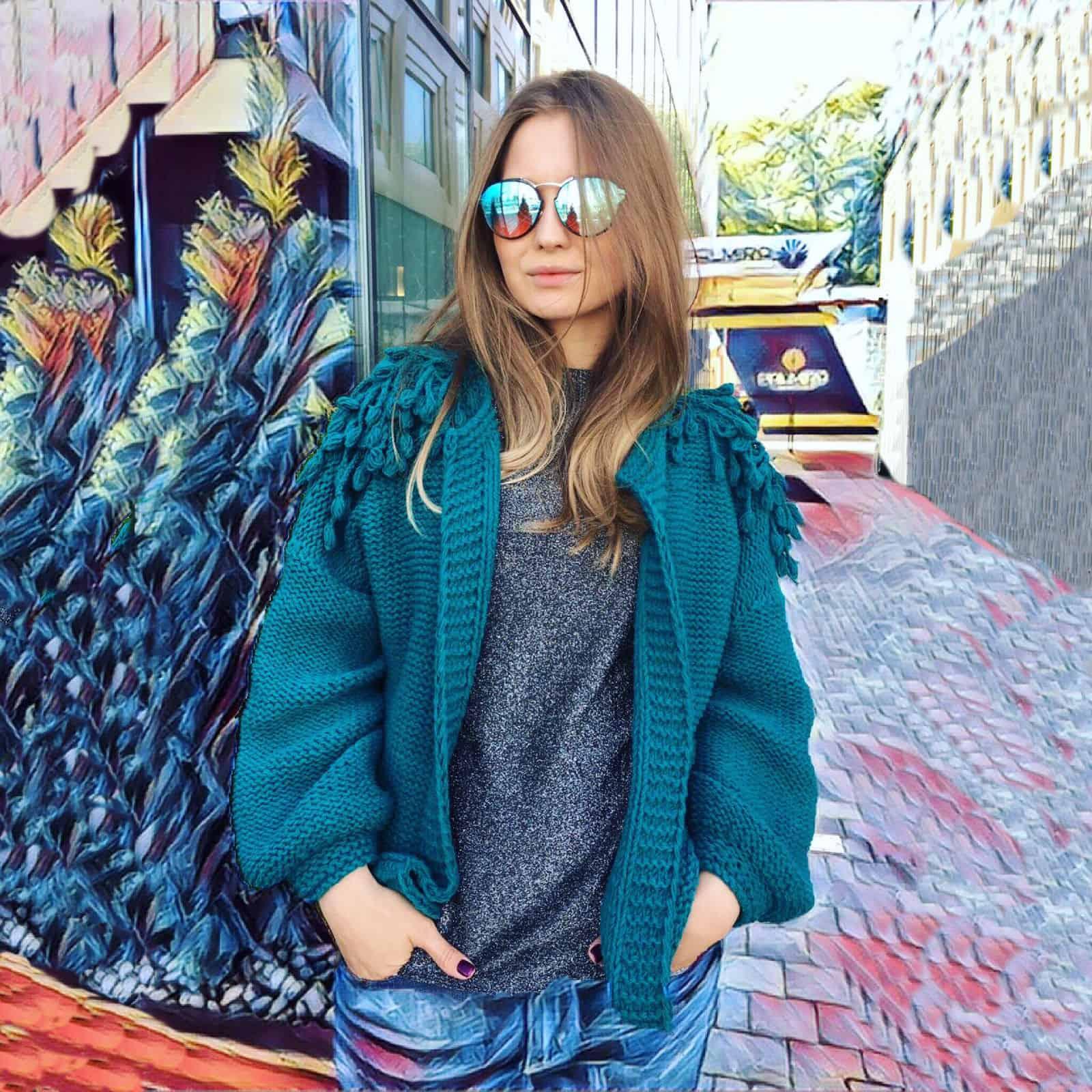 На фотографии куртка бомбер женская от Shapar, бренда вязаной одежды ручной работы в интернет-магазине связанных спицами вещей.