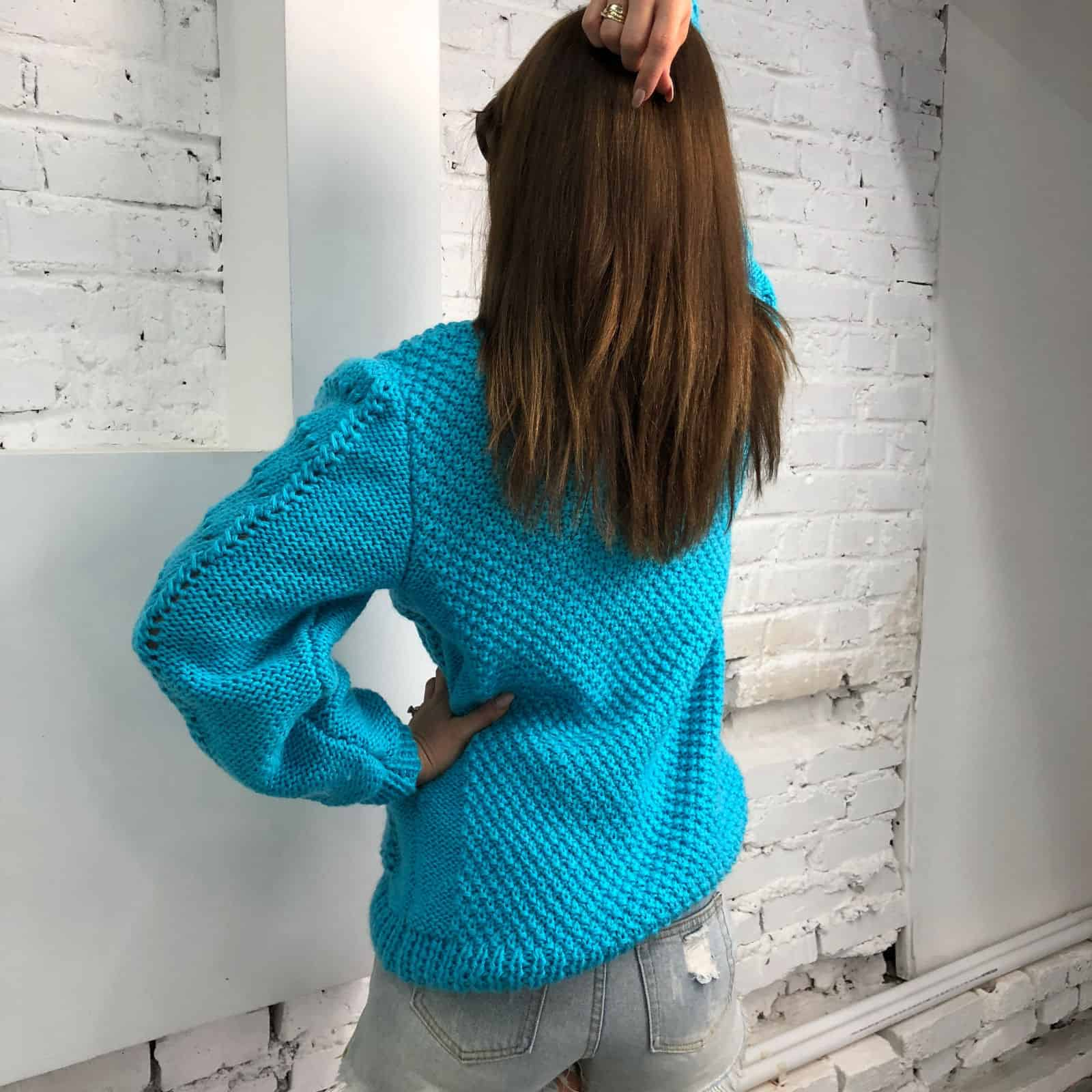 На второй фотографии легкий свитер со спины от Shapar, бренда женской вязаной одежды ручной работы в интернет-магазине связанных спицами вещей.