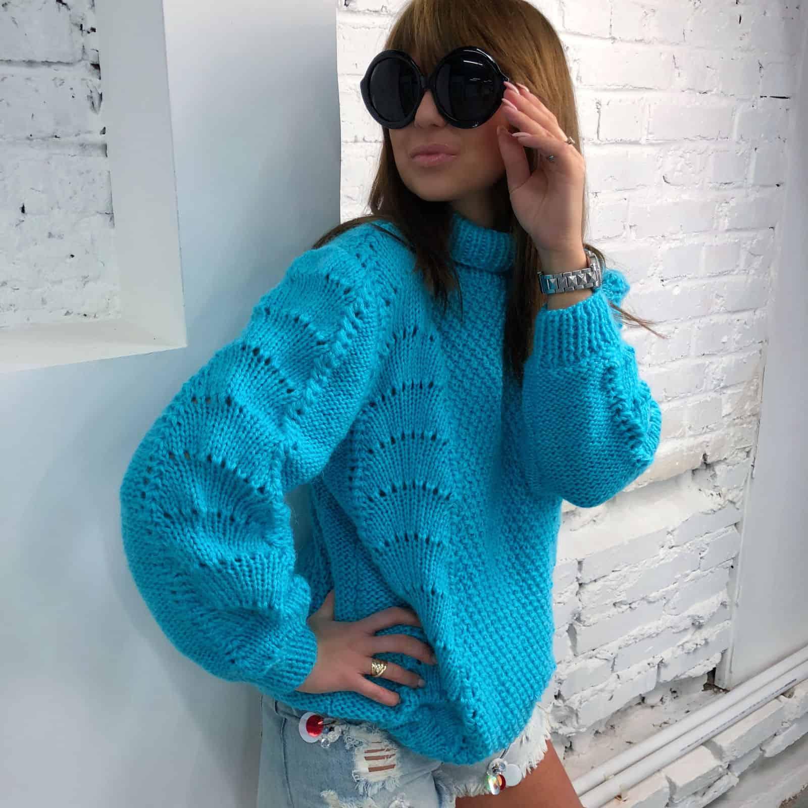 На фотографии легкий свитер от Shapar, бренда женской вязаной одежды ручной работы в интернет-магазине связанных спицами вещей.