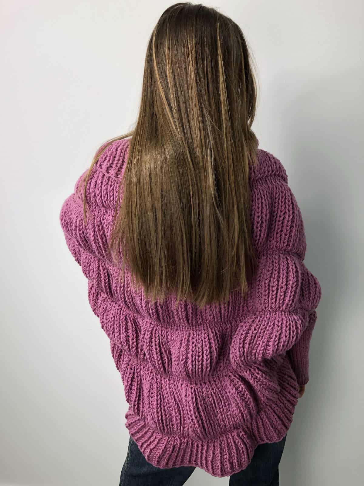 На второй фотографии женский малиновый кардиган крупной вязки со спины от Shapar, бренда одежды ручной работы в интернет-магазине связанных спицами вещей.