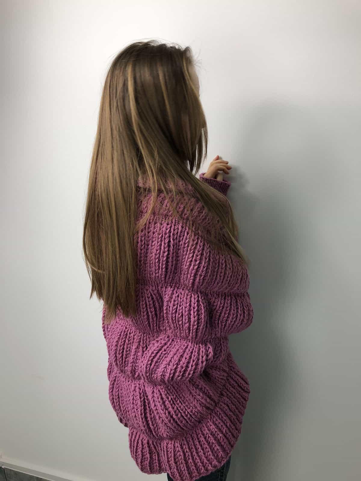 На третьей фотографии женский демисезонный малиновый кардиган средней длины от Shapar, бренда вязаной одежды ручной работы в интернет-магазине связанных спицами вещей.