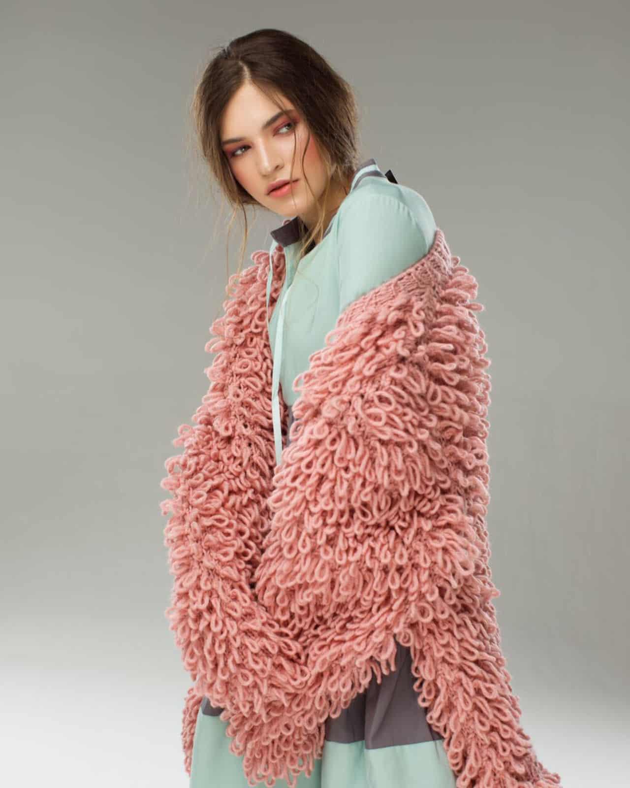 На седьмой фотографии стильная модель кардигана для женщин от Shapar, бренда вязаной одежды ручной работы в интернет-магазине связанных спицами вещей.