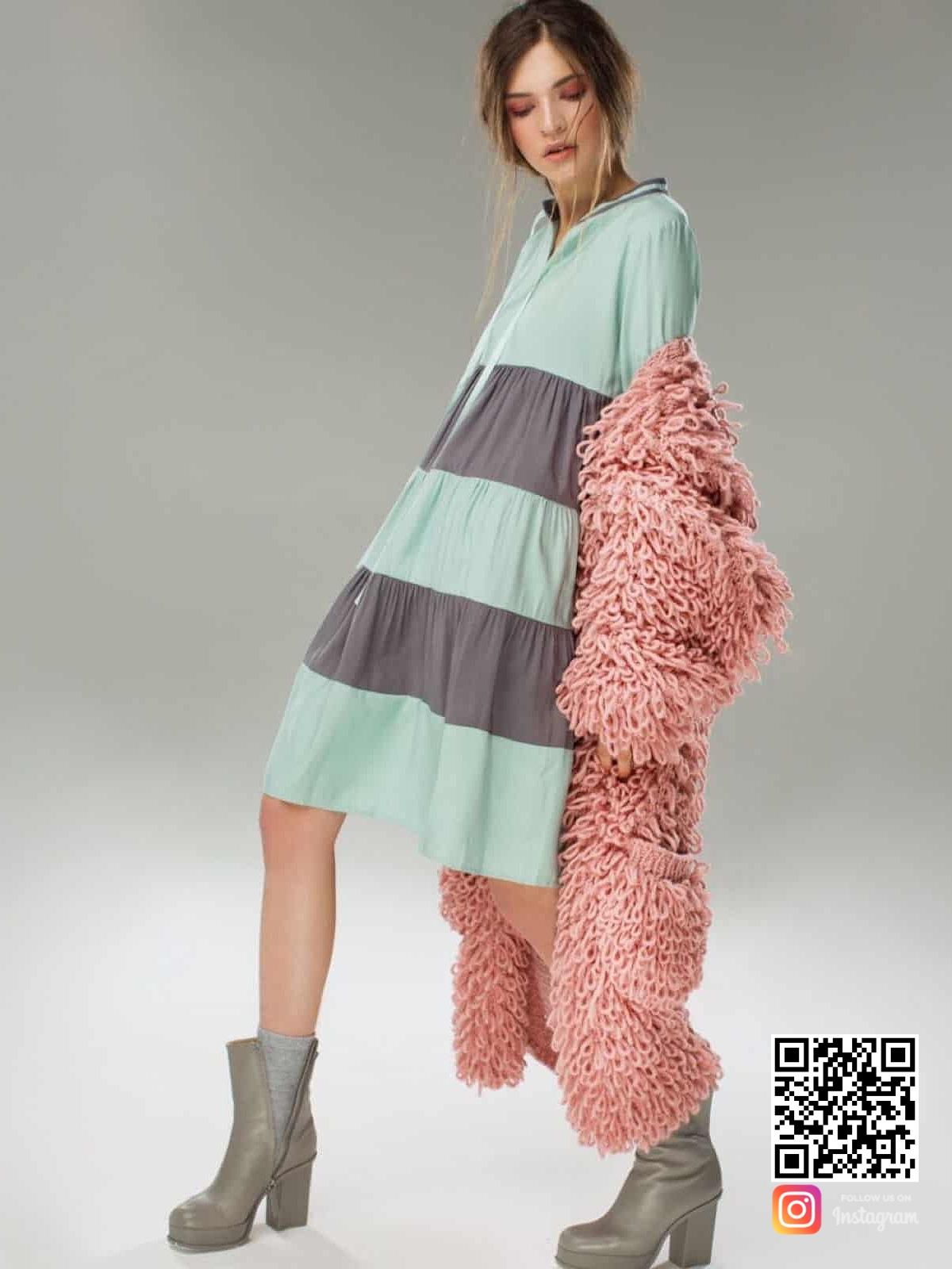 На второй фотографии объемный розовый женский кардиган от Shapar, бренда вязаной одежды ручной работы в интернет-магазине связанных спицами вещей.