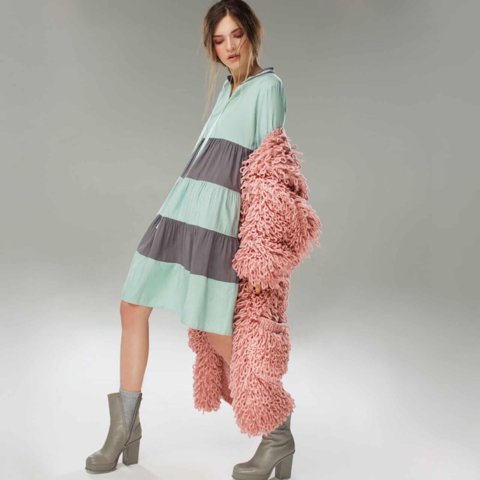На третьей фотографии объемная модель кардигана для женщин от Shapar, бренда вязаной одежды ручной работы в интернет-магазине связанных спицами вещей.