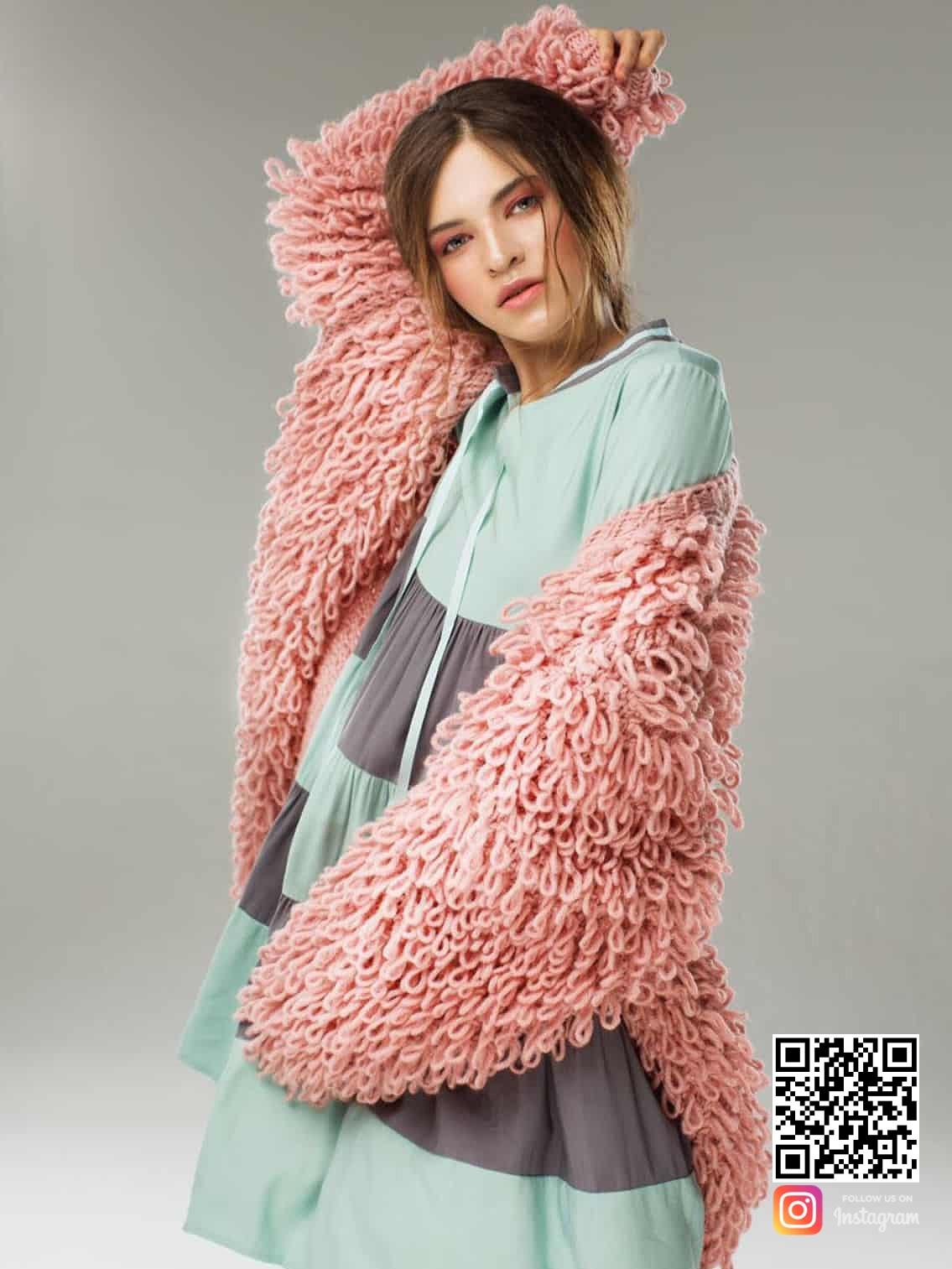 На фотографии розовый женский кардиган от Shapar, бренда вязаной одежды ручной работы в интернет-магазине связанных спицами вещей.