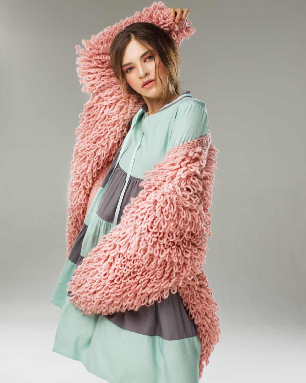 На фотографии модель кардигана для женщин от Shapar, бренда вязаной одежды ручной работы в интернет-магазине связанных спицами вещей.