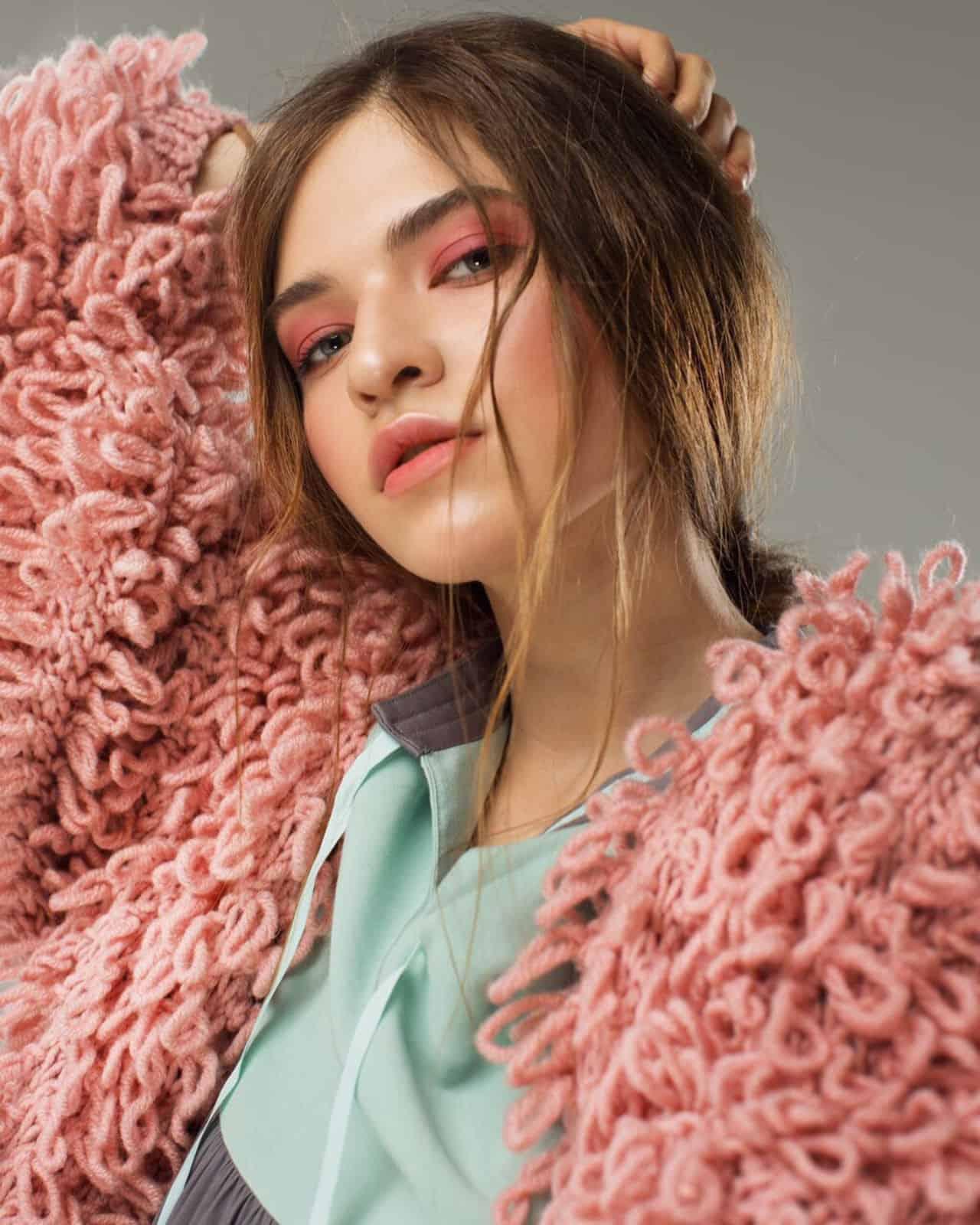 На пятой фотографии модель кардигана для женщин с карманами от Shapar, бренда вязаной одежды ручной работы в интернет-магазине связанных спицами вещей.
