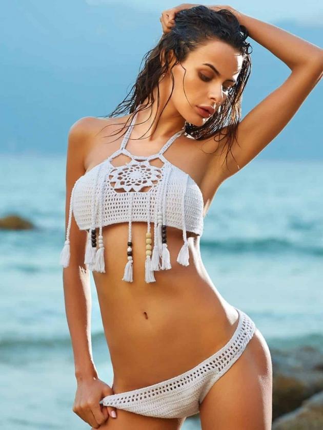 На фотографии модные вязаные купальники сезона 2020, тренды и тенденции. Как подобрать вязаный купальник по типу фигуры, оттенку кожи, размеру.